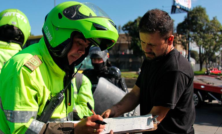 Policía en operativo de multas de tránsito en Bogotá