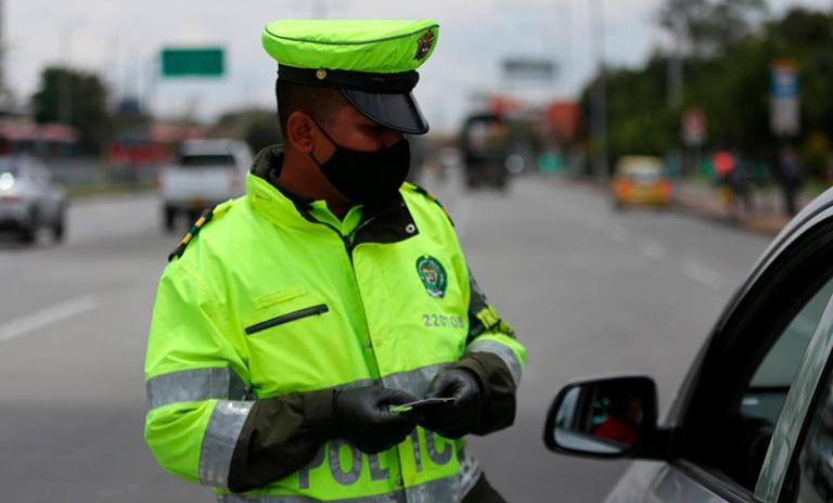 Policía imponiendo multas de tránsito en Bogotá