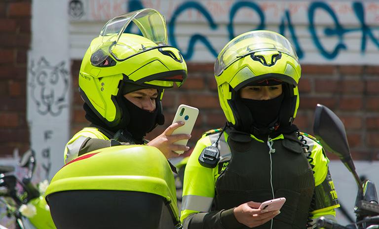 Policía pone comparendos a los carros mal parqueados
