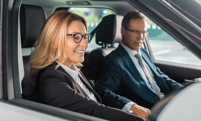 Mujer da una prueba de manejo para vender el vehículo