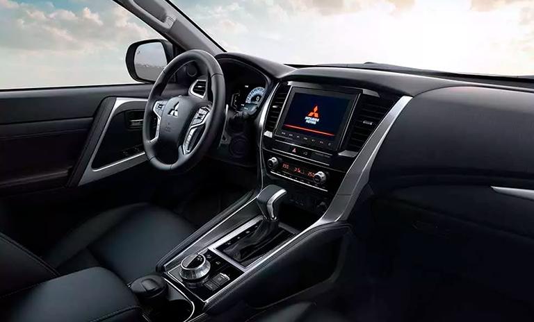 interior de la camioneta 4x4 Montero Sport Takai